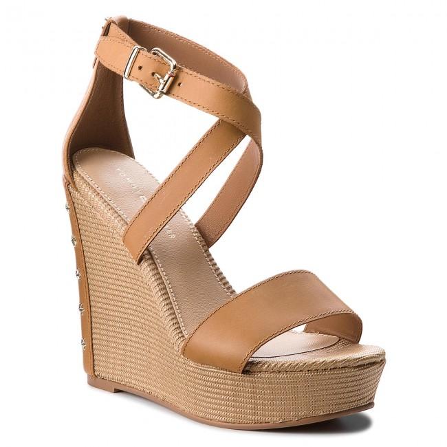 Szandál TOMMY HILFIGER - Feminine Wedge Sandal Stars Studs FW0FW02236  Summer Cognac 929 12b929cc1b